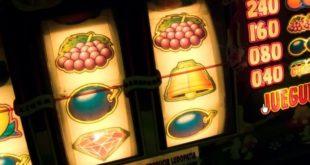 Группы людей играющих в игровые автоматы